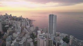 Solnedg?ng i havet Flyg ?ver Beirut Zaytunay fj?rdmarina och centrum Flyg- skott f?r surr av Beirut, Libanon, under solnedg?ng arkivfilmer