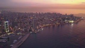 Solnedg?ng i havet Flyg ?ver Beirut Zaytunay fj?rdmarina och centrum Flyg- skott f?r surr av Beirut, Libanon, under solnedg?ng stock video