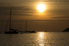 Solnedg?ng p? den Nai Harn stranden i den Phuket ?n royaltyfri foto