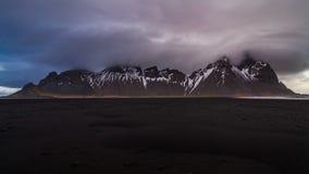 Solnedg?ng p? den Vestrahorn berg- och Stokksnes stranden iceland lager videofilmer