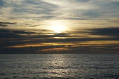 Solnedg?ng p? havet i Thailand royaltyfria foton
