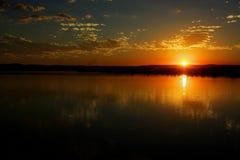 Solnedg?ng p? Saoet Francisco River i Minas Gerais, Brasilien royaltyfri bild