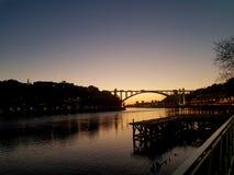 Solnedg?ng ?ver den Douro floden arkivfoto
