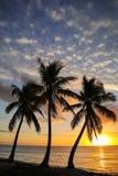 Solnedg?ng ?ver den Ouvea lagun p? den Ouvea ?n, lojalitet?ar, Nya Kaledonien fotografering för bildbyråer