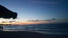 Solnedg?ngsikt fr?n stranden royaltyfria bilder