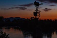 Solnedg?ngstorkar & floden arkivfoton