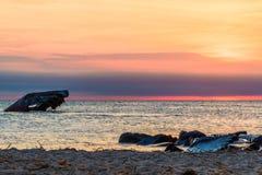 Solnedg?ngstrand och de sjunkna SSNA som ?r atlantiska p? solnedg?ngen i tidig v?r med varmt livligt ljus - Cape May punkt NJ arkivfoto