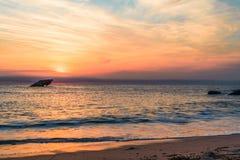 Solnedg?ngstrand och de sjunkna SSNA som ?r atlantiska p? solnedg?ngen i tidig v?r med varmt livligt ljus - Cape May punkt NJ royaltyfri bild