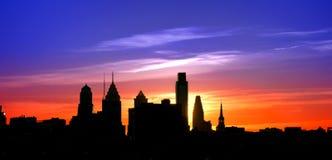 Solnedgång för Cityscape för Philadelphia gammal stadskontur Arkivbilder