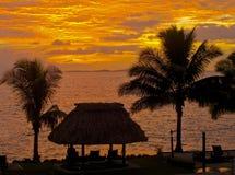 solnedgång för denaraufiji semesterort Arkivfoton