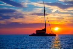 Solnedgång för Ibiza san Antonio Abad katamaransegelbåt Arkivfoto