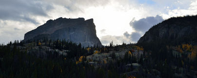 Solnedgång i bergen för stormen i nedgången Arkivfoto