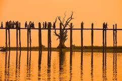 Solnedgång i bron för U Bein, Myanmar Arkivfoto