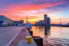 Solnedgång i den Gdynia staden på det baltiska havet Arkivfoto