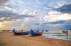 Solnedgång i den Kamala fjärden i Thailand Arkivfoto