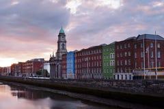 Solnedgång i Dublin, Irland vid den Liffey floden Royaltyfria Foton