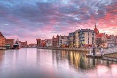 Solnedgång i gammal town av Gdansk på den Motlawa floden Fotografering för Bildbyråer