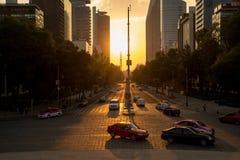Solnedgång i Mexico - stad med en sikt av Paseo de la Reforma Royaltyfri Bild