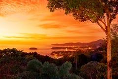 Solnedgång i västra kust av den Phuket ön Arkivfoton