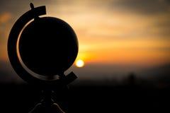 Solnedgång med ett jordklotbegreppslopp Royaltyfri Fotografi