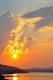 Solnedgång med floden Arkivfoton