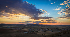 Solnedgång nära Consuegra, Castile-La-Mancha, Spanien Royaltyfri Foto
