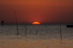 Solnedgång ovanför havet i Bangpu i Thailand Royaltyfri Bild