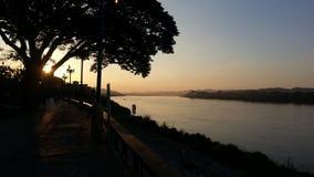 Solnedgång på den Chiang Kan Khong floden Arkivfoto