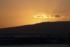 Solnedgång på den Honolulu hamnen Royaltyfri Bild