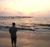 Solnedgång på den Kerala stranden, Indien Arkivbilder