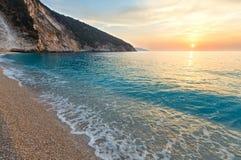 Solnedgång på den Myrtos stranden (Grekland, Kefalonia, det Ionian havet) Arkivfoton