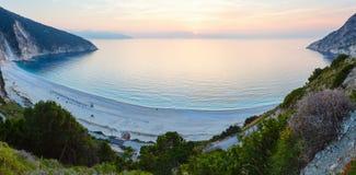 Solnedgång på den Myrtos stranden (Grekland, Kefalonia, det Ionian havet) Royaltyfria Bilder