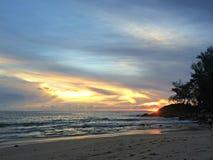Solnedgång på den phuket stranden Arkivbild