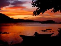 Solnedgång på den tropiska strandsemesterorten Royaltyfri Foto