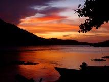 Solnedgång på den tropiska strandsemesterorten Arkivfoton