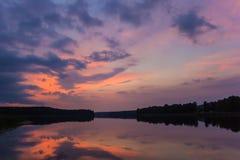 Solnedgång på en sjö i den Aukstaitija nationalparken Arkivfoton