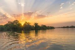 Solnedgång på floden Royaltyfri Fotografi