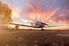 Solnedgång på flygplatsen Arkivfoto