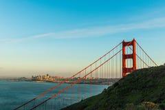 Solnedgång på Golden gate bridge, San Francisco Royaltyfri Foto