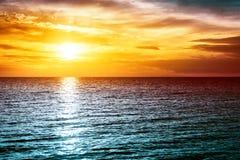 Solnedgång på havet med härligt vatten och moln Royaltyfri Bild