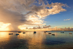 Solnedgång på karibisk havsfiskeport, Curacao Arkivbild