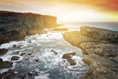 Solnedgång på rått klippalandskap Arkivbild