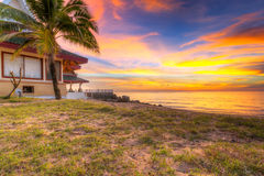 Solnedgång på stranden av den KohKho Khao ön Royaltyfri Foto