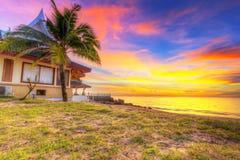 Solnedgång på stranden av den KohKho Khao ön Arkivfoto