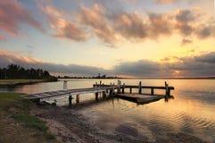 Solnedgång på tioarmad bläckfiskfärgpulverbryggan, Belmont på sjön Macquarie Arkivfoton