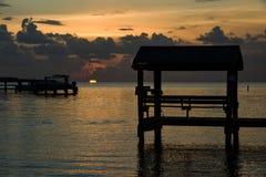 Solnedgång på tropiskt strandläge Royaltyfri Bild