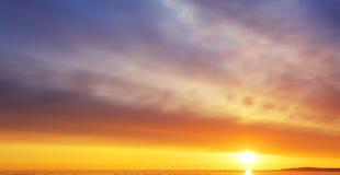 Solnedgång/soluppgång med moln, ljusa strålar och annat atmosfäriskt e Arkivfoton