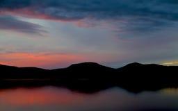 Solnedgång över den blåa berg laken Arkivbilder