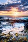 Solnedgång över den steniga kustlinjen Royaltyfri Foto