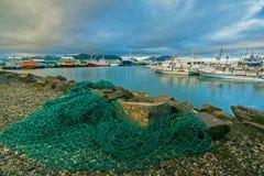 Solnedgång över hamnstaden av Höfn i sydostliga Island Fotografering för Bildbyråer